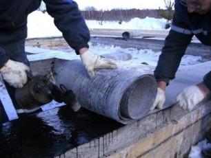 Укладка гидроизоляции на фундамент