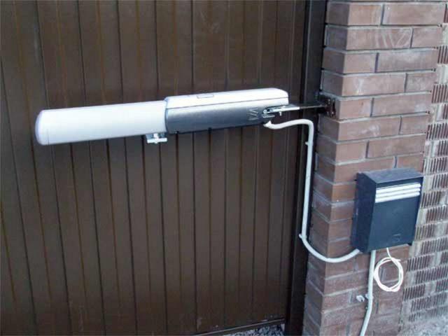 Один из электроприводов для распашных ворот