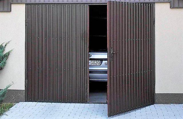 Распашные ворота самые популярные среди автомобилистов