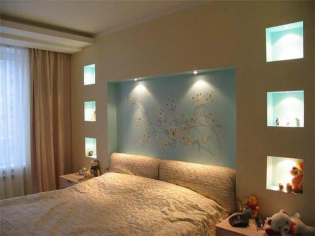 Ниши в стене из гипсокартона в спальне могут стать гармоничным дополнением к изголовью кровати