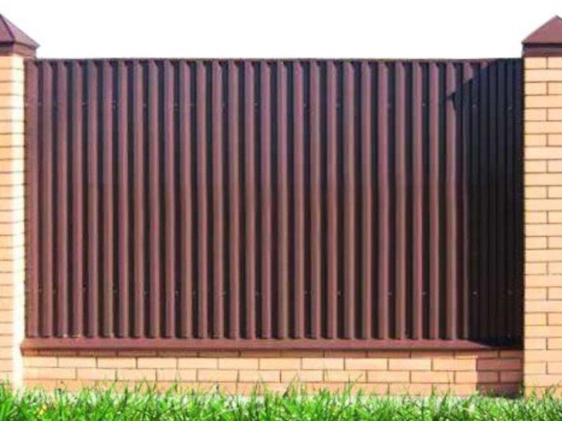 Забор на дачном участке из профнастила – это идеальное сочетание цены и качества