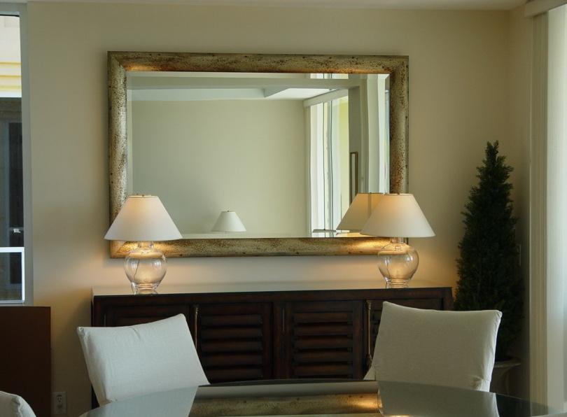 Багет для зеркала в интерьере комнаты