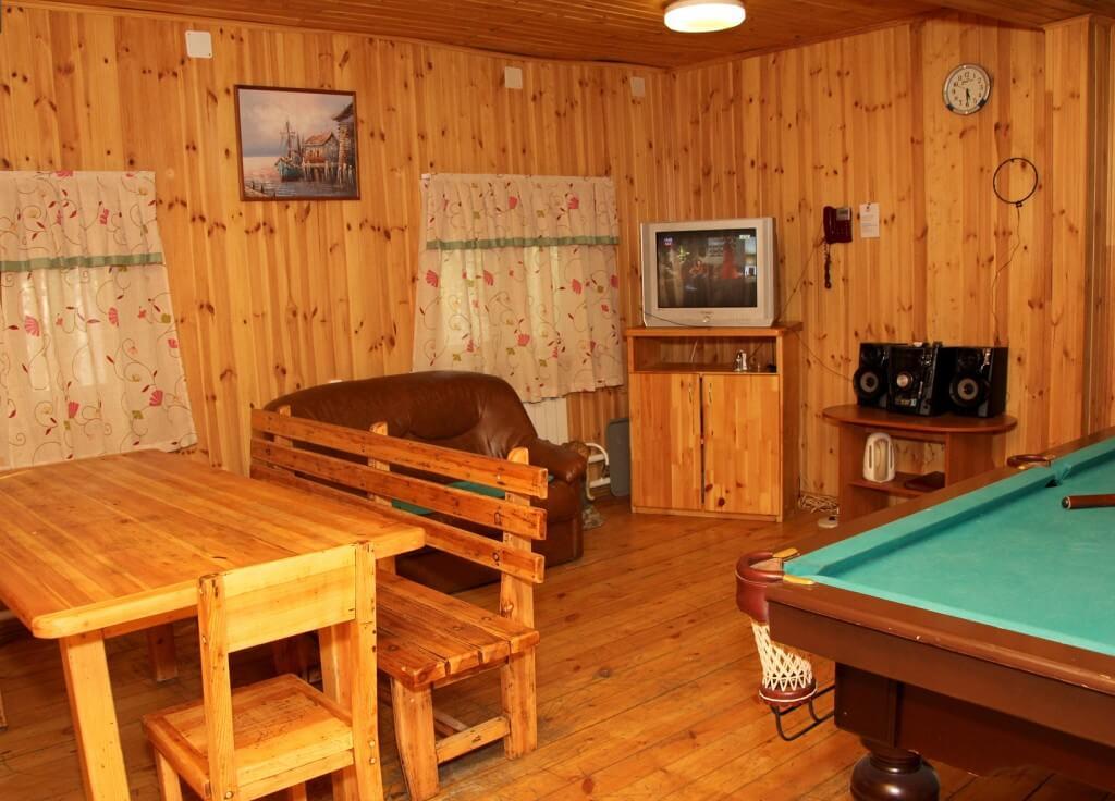 Мебель из дерева в комнате отдыха