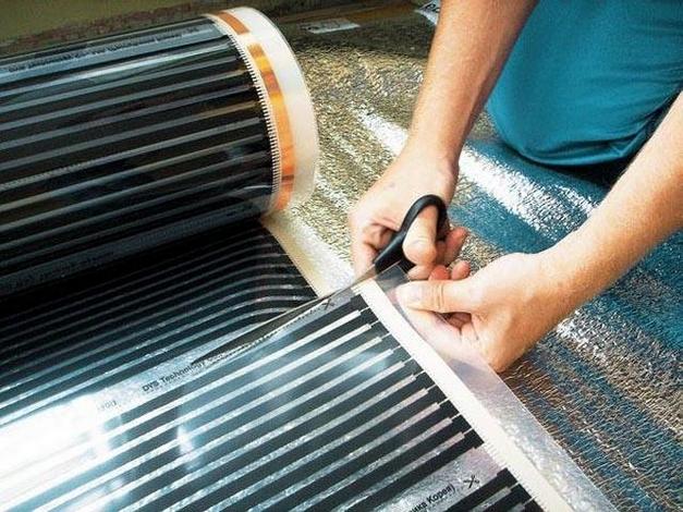 Разрезать пленку можно только по специально нанесенным линиям.