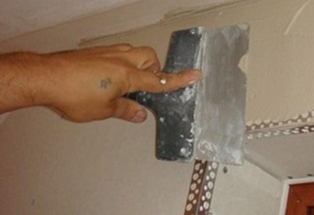 Если после шпаклевания замечены неровности, поверхность покрывают еще одним слоем шпаклевки