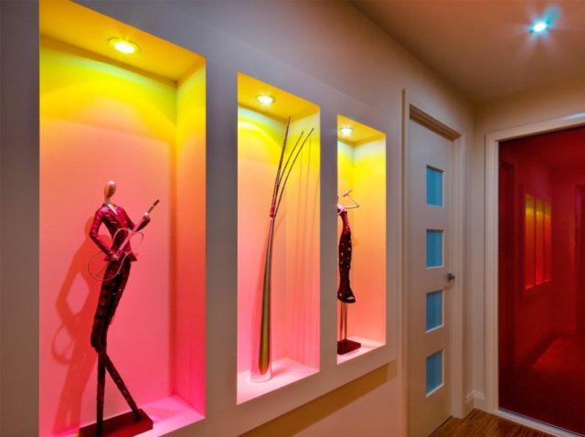 Декоративные и функциональные ниши в стенах делают геометрию помещения интересной, помогают реализации разных дизайнерских идей