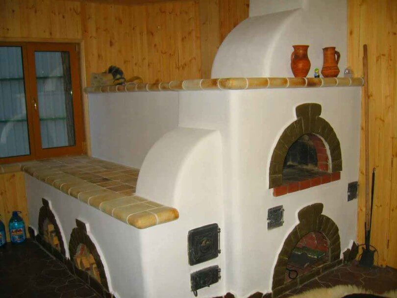 Русская печь отделана штукатуркой и декоративной плиткой