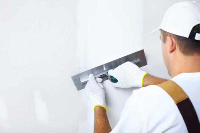 Выполняя ремонт в квартире или доме, без слоя штукатурки на стенах обойтись получается очень редко