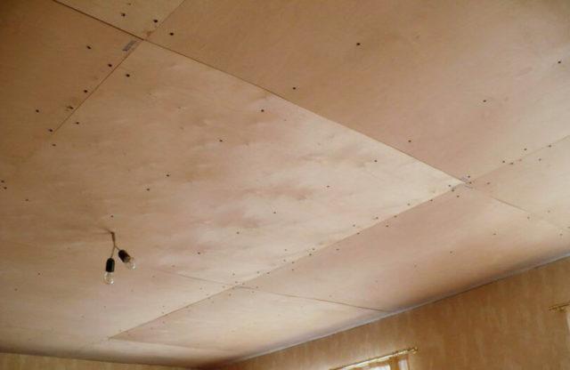 Отделка потолка фанерой из березы