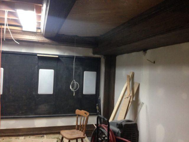 Поклейка ламината на потолок