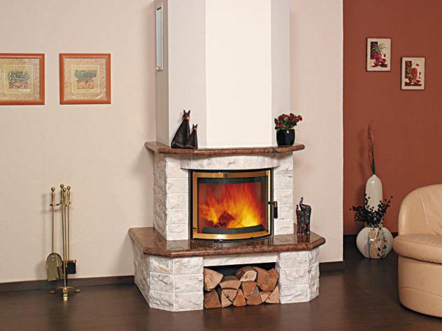 Часто для фальш-камина используется дополнительная ступень из профиля, чтобы установить массивное подножие и положить туда декор из бревен