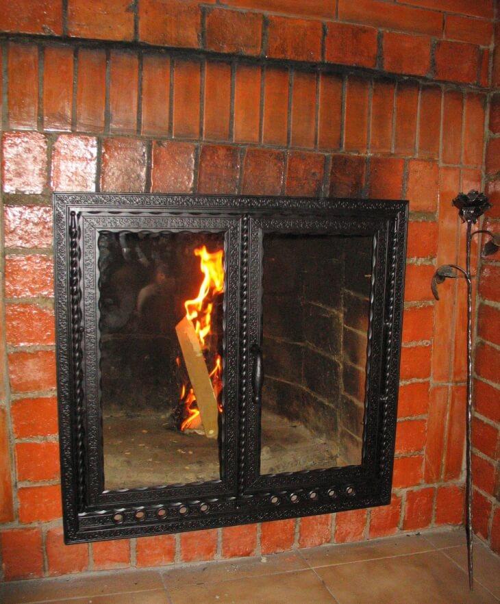 Кладка камина покрыта термостойким лаком
