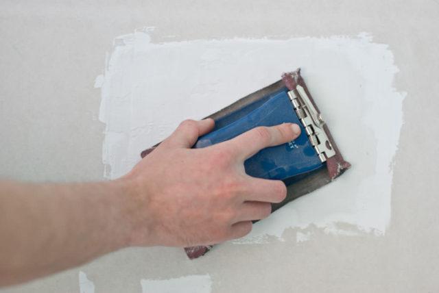 После закрепления и шпаклевки ремонтной вставки ГКЛ происходит финишная отделка отремонтированного фрагмента