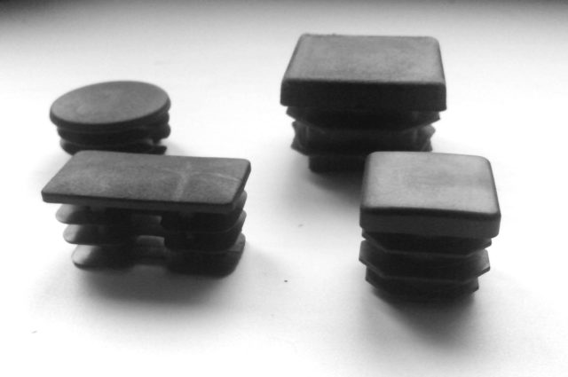 Заглушки на столбы для забора – надежная защита и эстетика ограждающей конструкции