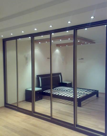 Отделка гипсокартонного шкафа может включать в себя зеркальные фасады