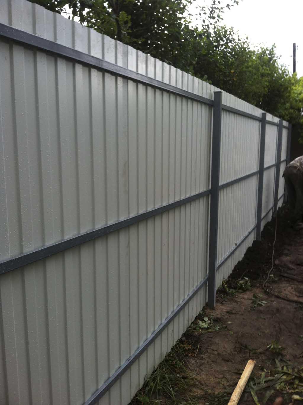 Забор из профнастила имеет множество преимуществ, перед другими типами оград ами