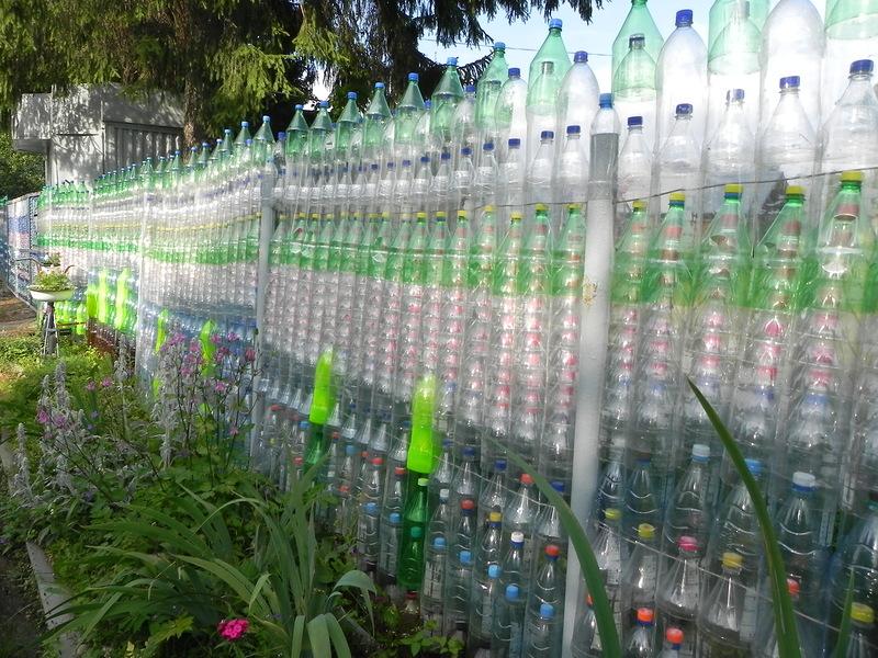 Забор для сада своими руками из бутылок