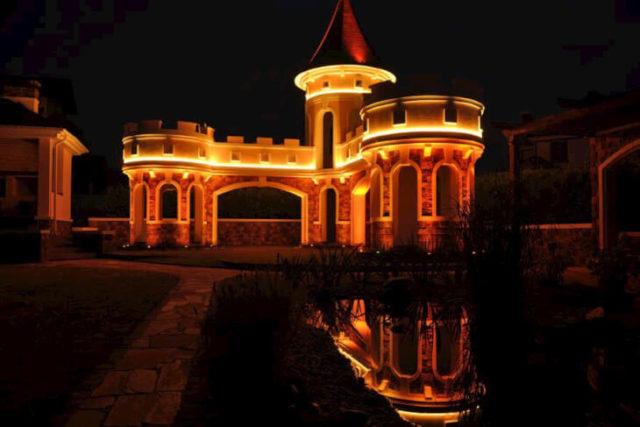 Архитектурно художественное освещение фасада обычно подчеркивает горизонтальные линии фасадов зданий