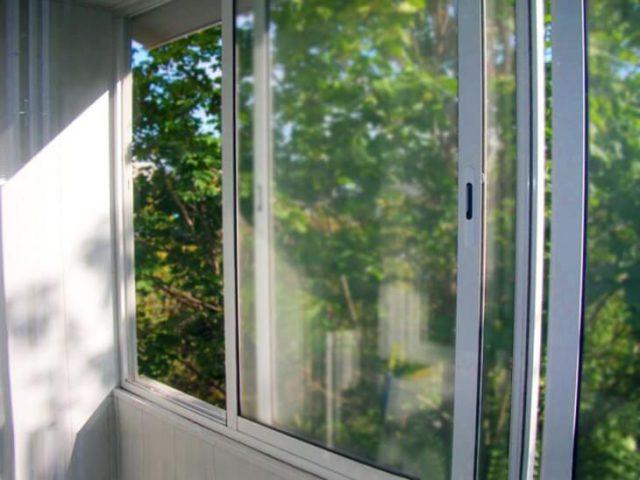 Остекление балкона легким алюминиевым профилем