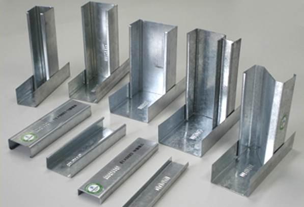 Для возведения гипсокартонной перегородки обычно используют оцинкованный металлический профиль
