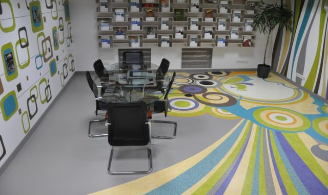 Для больших офисных помещений подойдет мармолеума класса 31-33, для малых - 21-23 класса. Обратите внимание на красоту рисунка покрытия.