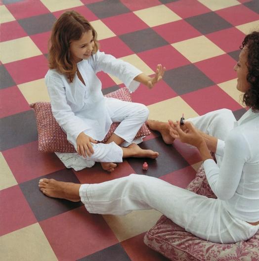 Для детской лучше выбрать самый тонкий мармолеум. Такое покрытие реализуется по более низкой цене, при этом сохраняет свойства долговечности.