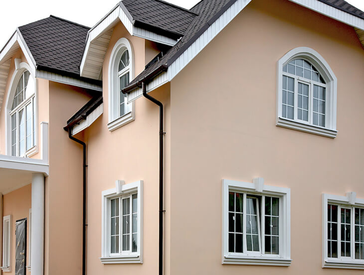 Декор фасада частного дома в поселке