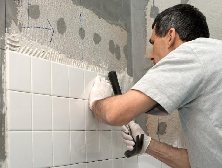Укладка плитки в бане на стену