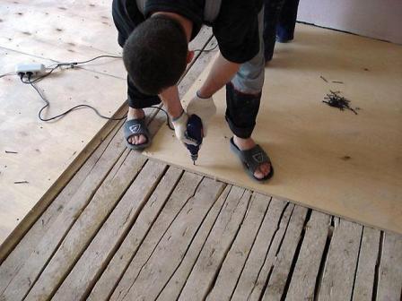 К деревянному основанию фанеру можно крепить без подготовки поверхности