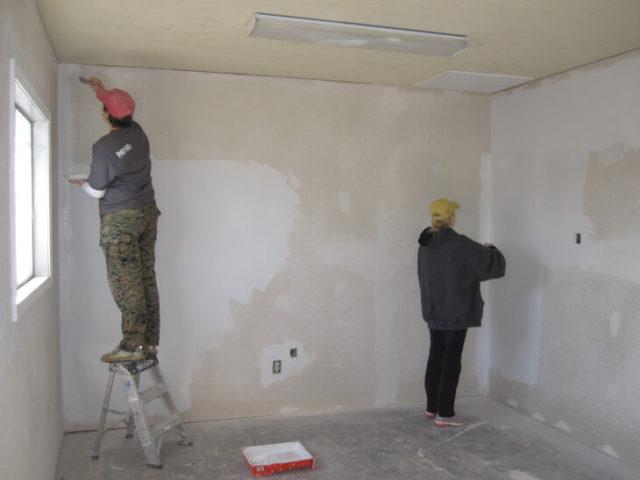 Обработка стен антигрибковым покрытием