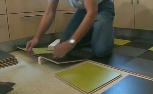 На фото - та самая особенность монтажа. Стыковка очередной плитки производится под углом.