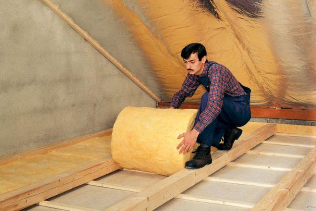 На фото показан процесс укладки утеплителя на пол. Монтаж не представляет большой сложности и доступен любому домашнему мастеру.
