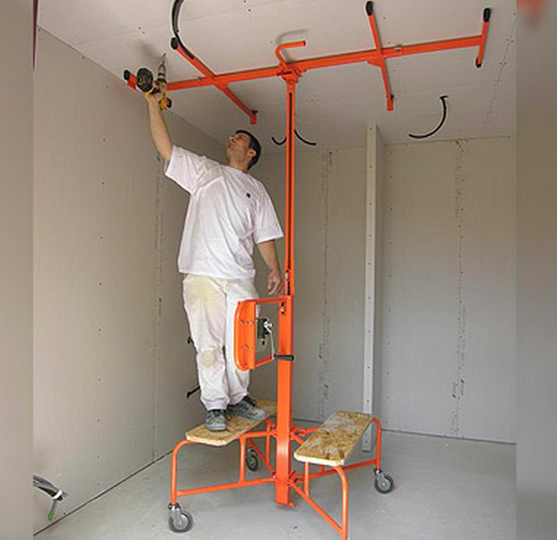 Device for raising a dry wall to the ceiling