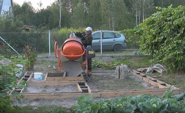 Заполнение траншеи бетонным раствором