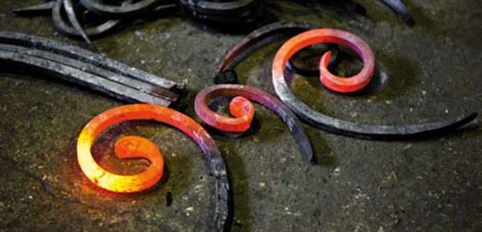 При методе горячей ковки требуется нагревать металл до состояния пластичности и мягкости: температура металла должна быть выше, чем температура кристаллизации.
