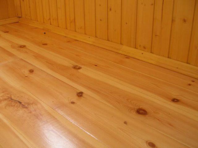 Деревянный пол предпочтителен для балконов ввиду легкости материала