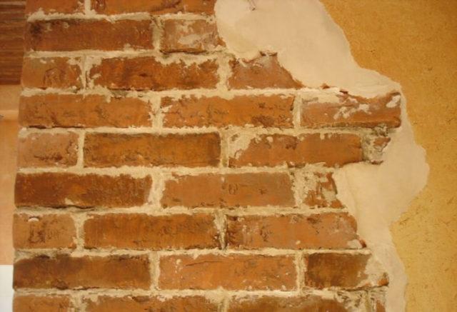 Отделка кирпичной стены штукатуркой