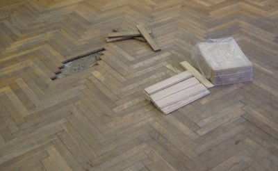 Перед началом работ требуется устранить все видимые дефекты: щели и трещины замазать шпаклевкой, расшатавшиеся плашки укрепить, гнилые элементы заменить, устранить скрип с помощью штифтов