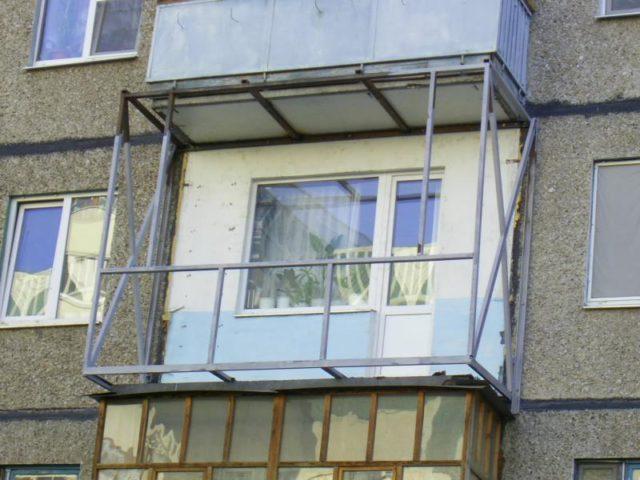Французское остекление балкона с использованием прозрачных зеркальных окон.