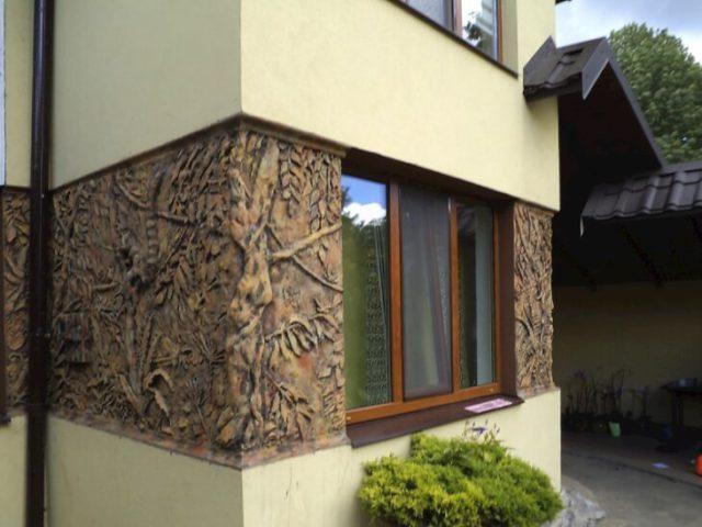 Барельеф на фасаде частного дома