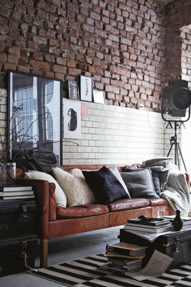 Стена в гостиной, с имитацией грубой кирпичной кладкой
