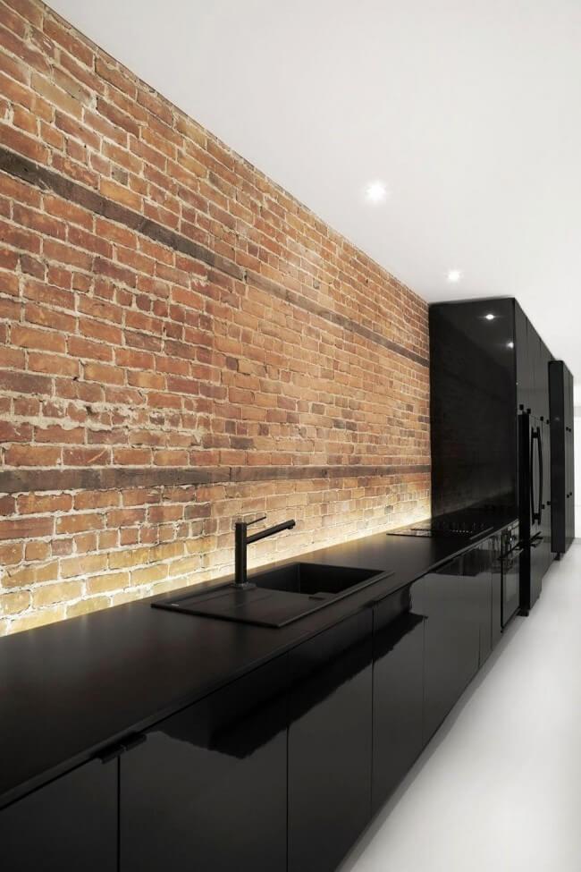 Отделка декоративным кирпичом рабочей зоны современной кухни