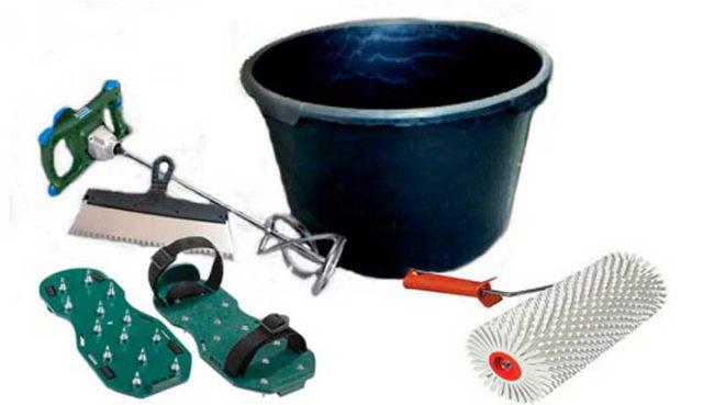 Все необходимое для заливки смеси представлено на фото. Емкость, насадка для перемешивания, ракля, игольчатый валик и мокроступы для ходьбы по поверхности пола.
