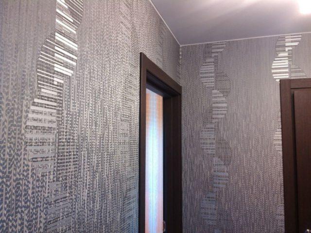 Клеим обои на крашеные стены
