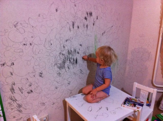 Отмываем обои от детских рисунков