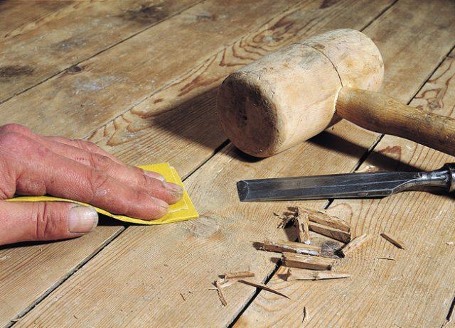 Удаление старых гвоздей с поверхности деревянного пола