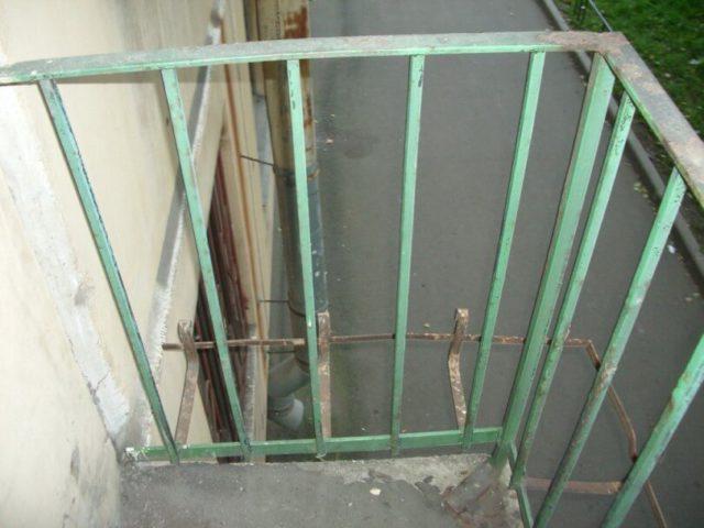 Старое ограждение балкона перед демонтажем
