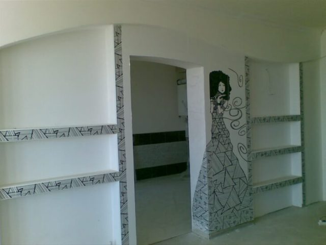 При монтаже гипсокартона, в листах делаются вырезы в местах расположения окон и дверей