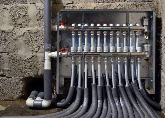 Коллектор подключенный к системе теплого пола