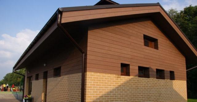 Фасад из композитных плит под дерево
